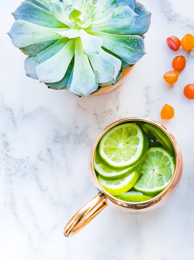 Dicas fáceis de fitness - Beba água morna com limão